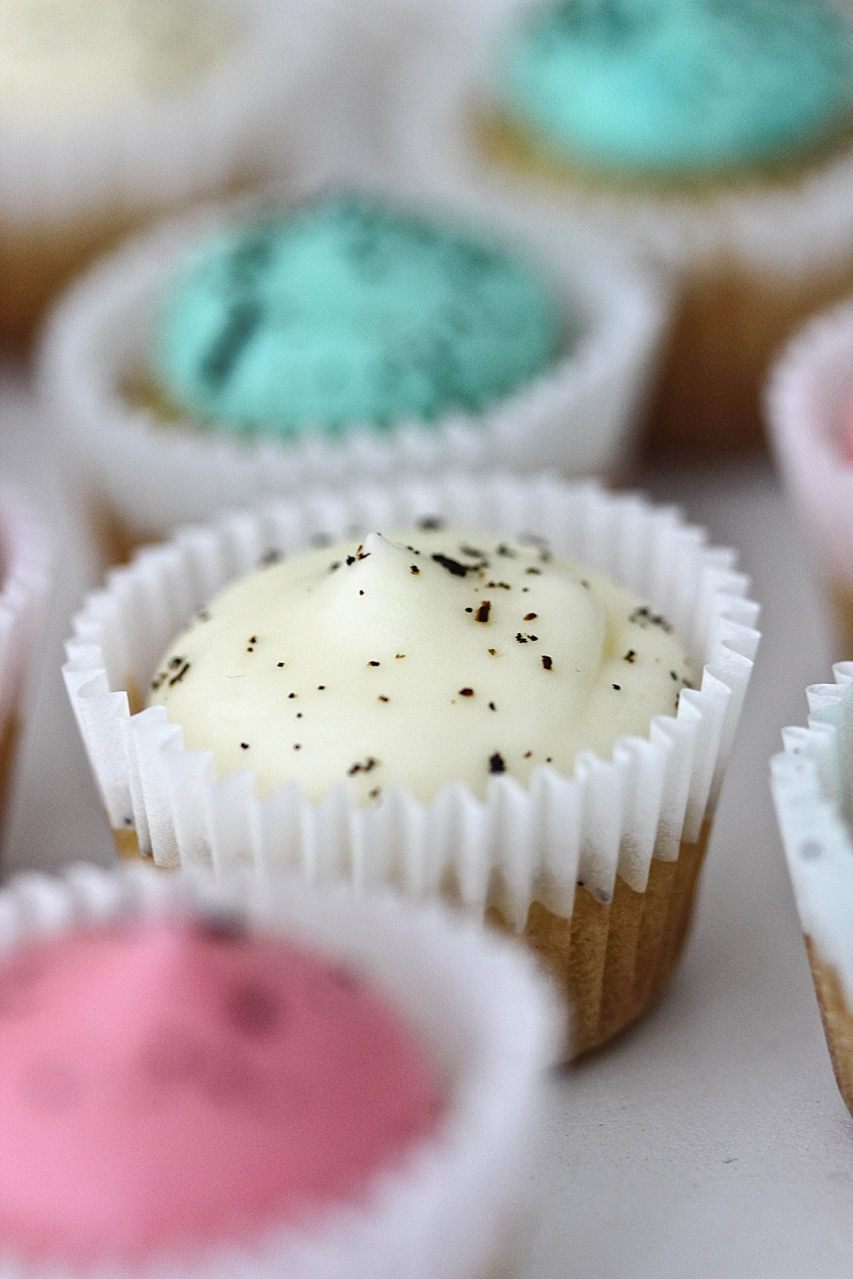 Süße Mini Vanille Cupcakes mit pastelligem Frosting Rezept Ostern Babyparty Babyshower Kindergeburtstag backen #cupcakes #ostern #babyshower #kindergeburtstag Backblog Foodfotografie Foodblog   Emma´s Lieblingsstücke