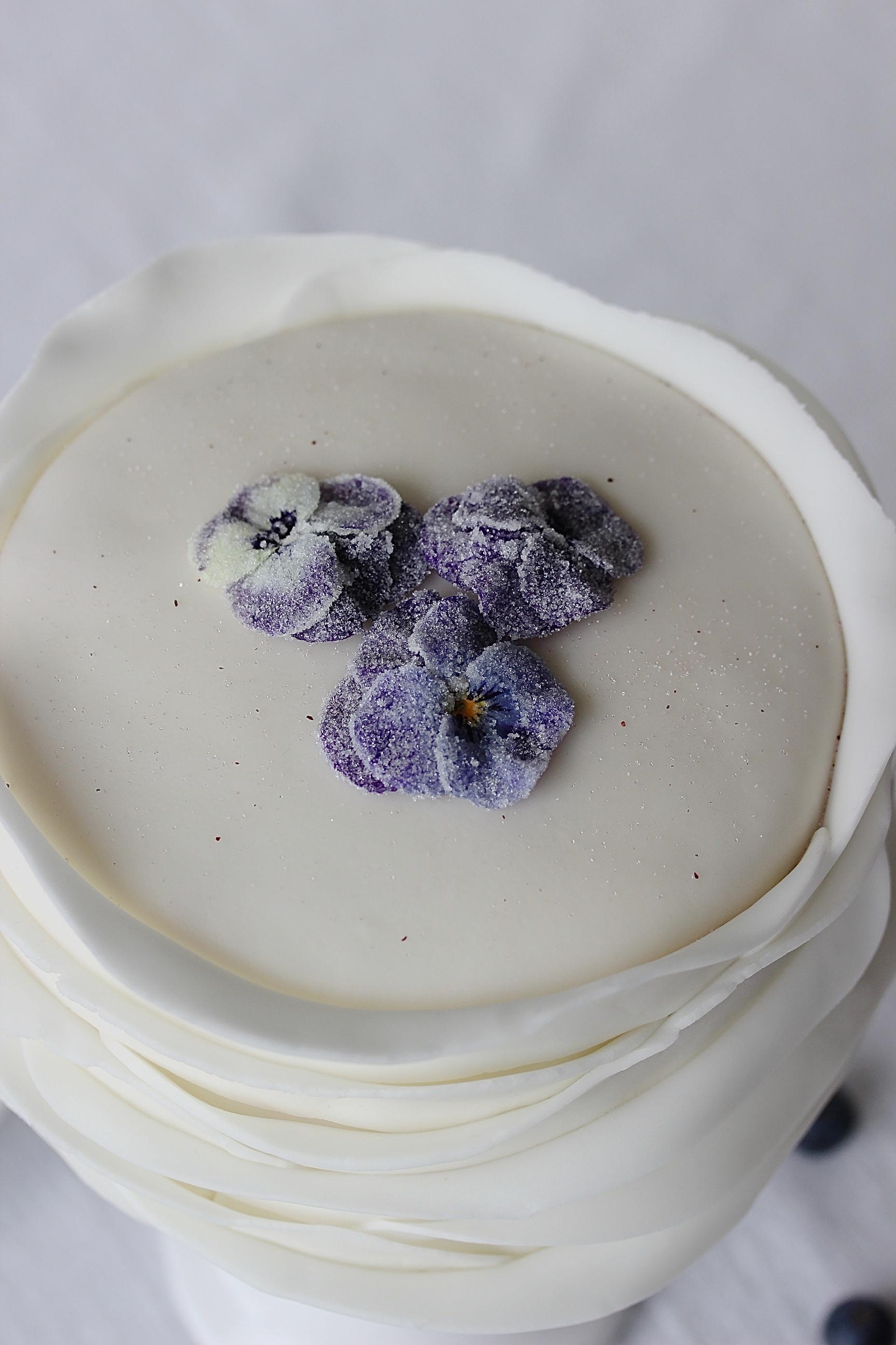 Muttertags Rezept: Blaubeer Fondant Torte mit gezuckerten Blüten backen Hornveilchen Motivtorte Hochzeitstorte weiße Torte #fondant #muttertag #hochzeit #cake #backen   Emma´s Lieblingsstücke