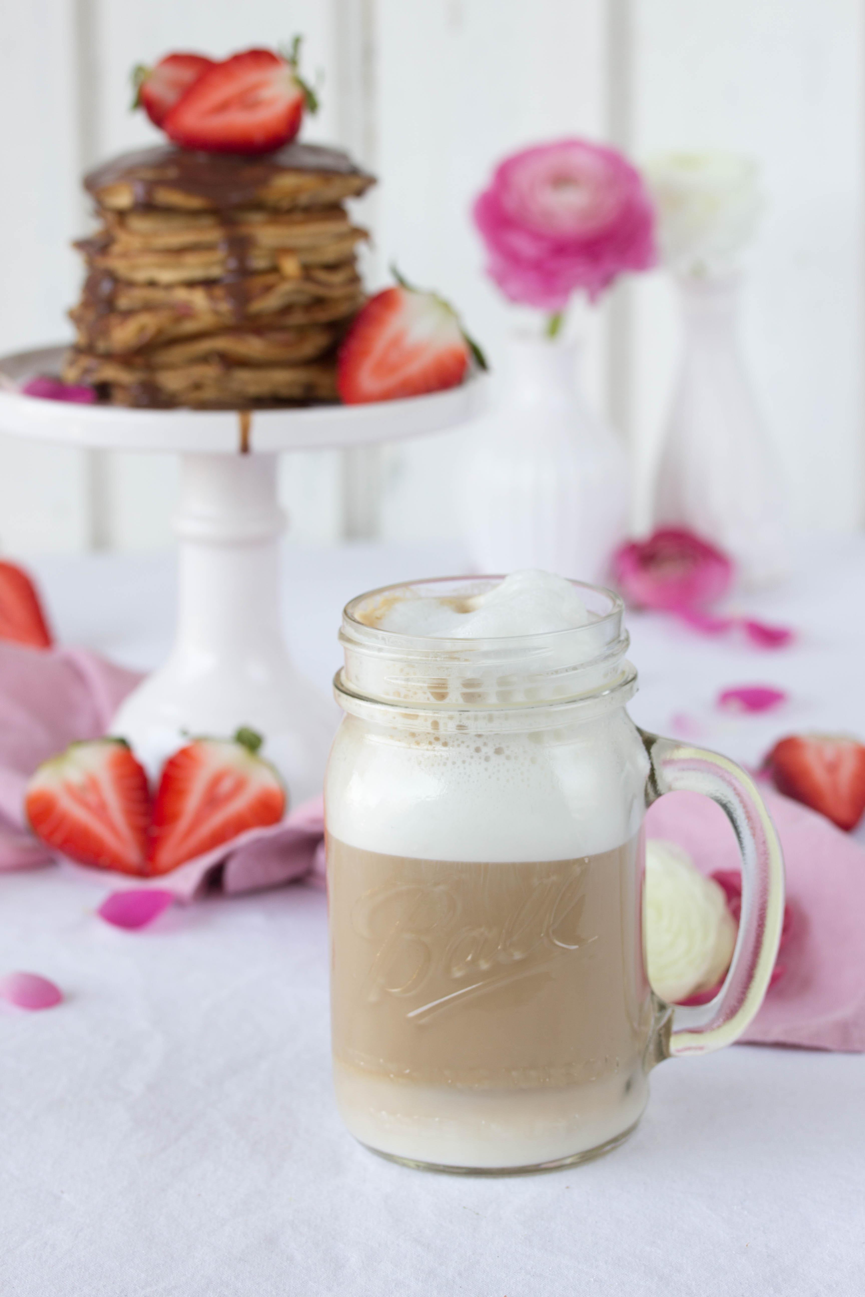 Dinkel Pancakes mit Kokosblütenzucker und Erdbeeren-5