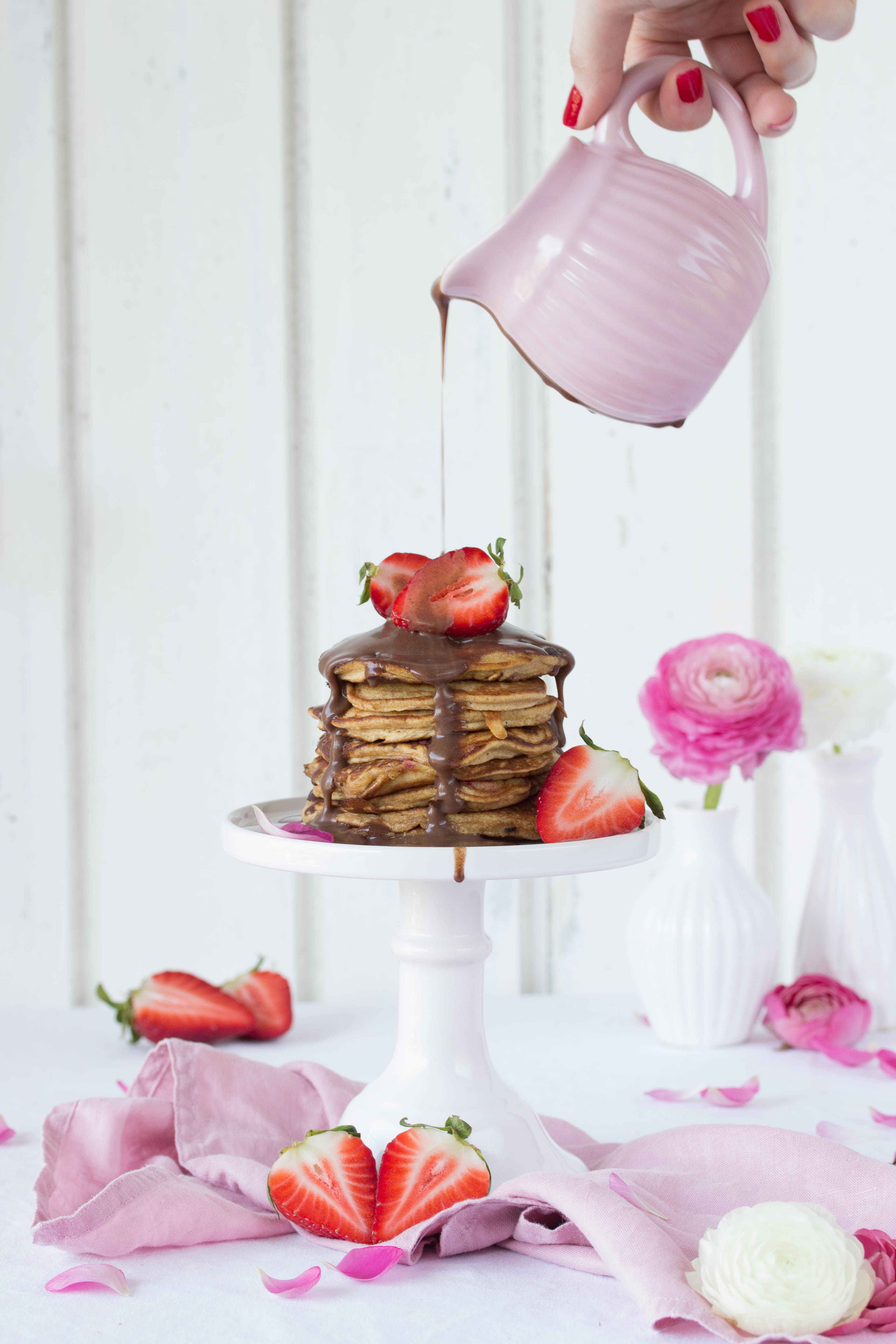 Dinkel Pancakes mit Kokosblütenzucker und Erdbeeren