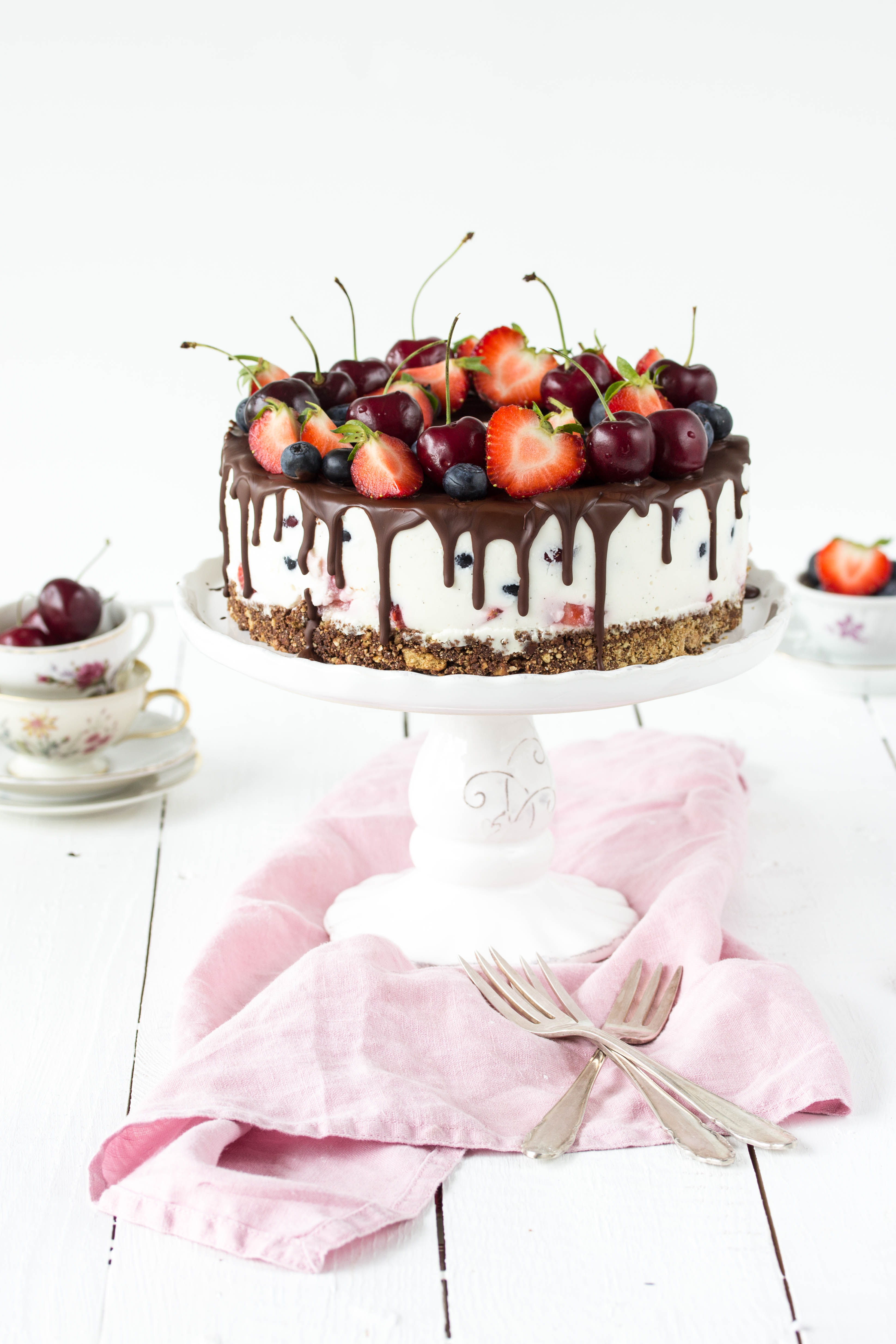 Beeren Drip Cake: Rezept ohne Backen mit Erdbeeren, Blaubeeren, Himbeeren und Kirschen #Torte #ohnebacken #cake #Beeren #Dripcake | Emma´s Lieblingsstücke