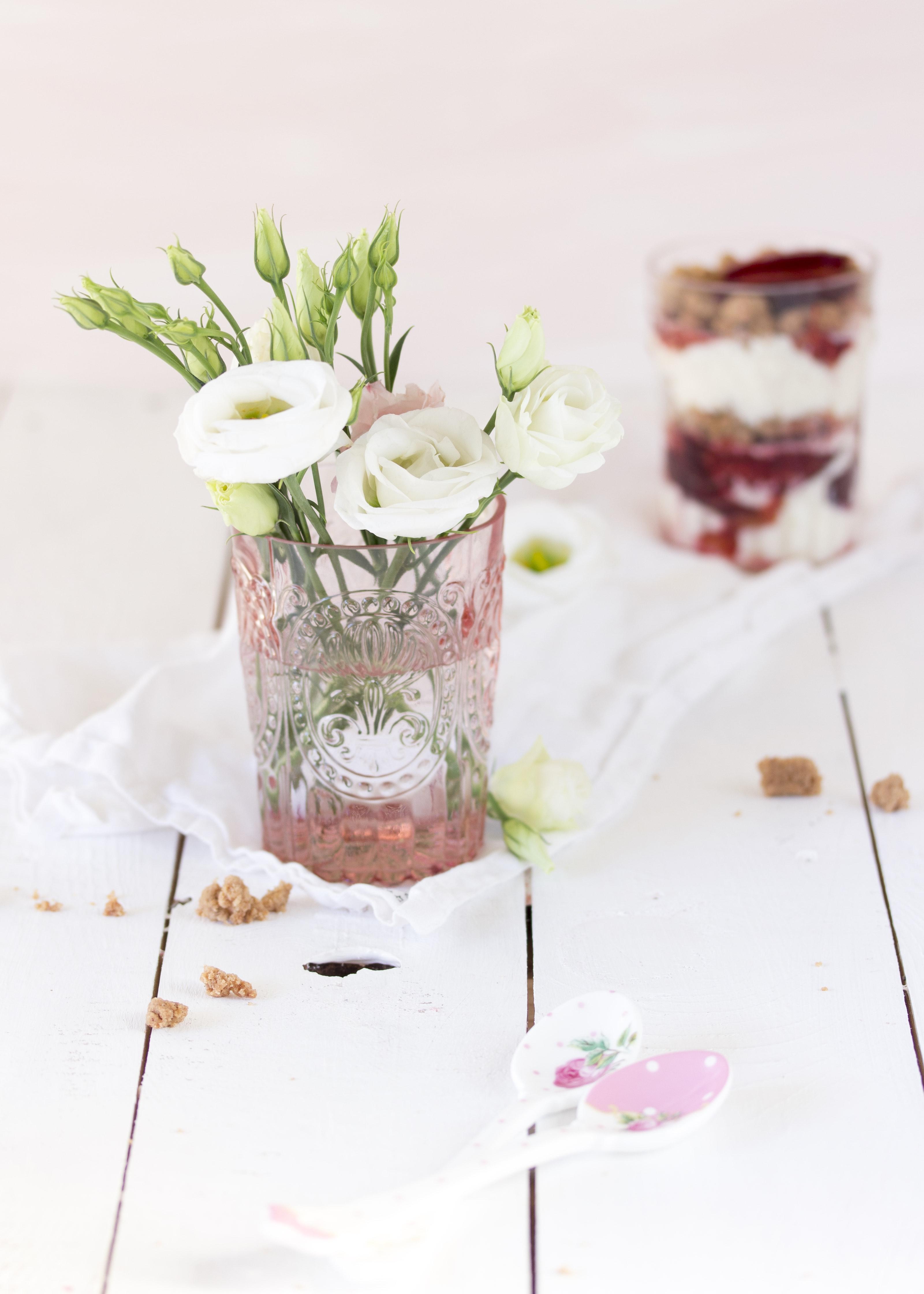 Blumen und ein Dessert im Glas