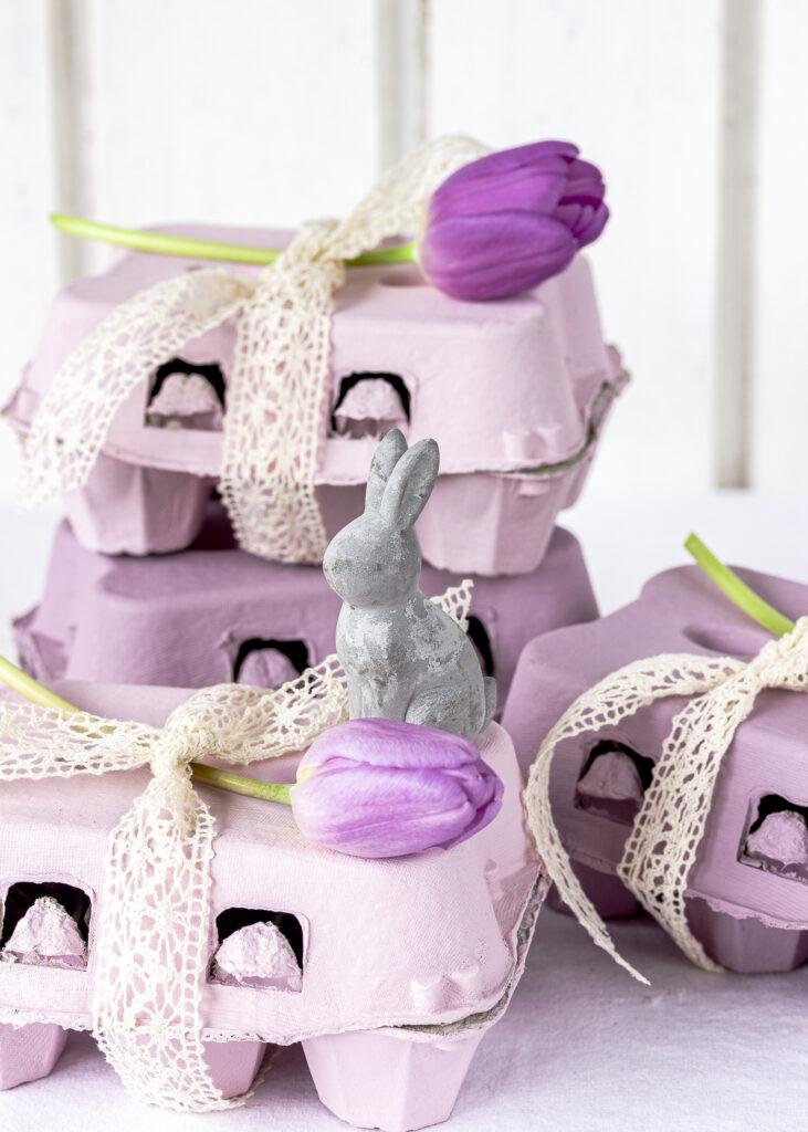 Pastellfarbene Eierschachteln selber machen und mit Tulpen und Osterhase dekorieren. Ostergeschenke DIY Selbermachen Geschenke Emmas Lieblingsstücke