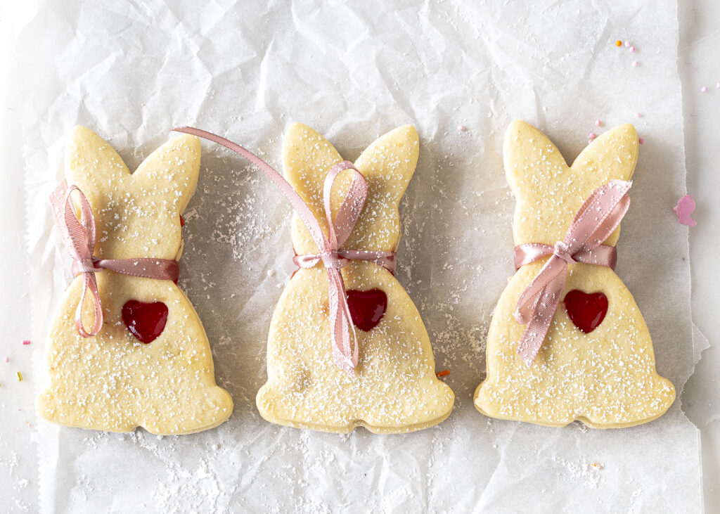 Hasenkekse mit Erdbeermarmelade im Linzer Plätzchen Stil mit Herz und kleinem Schleifchen. Perfekt zu Ostern, zum Naschen und zum Verschenken #easter #ostern #kekse #backen Emmas Lieblingsstücke