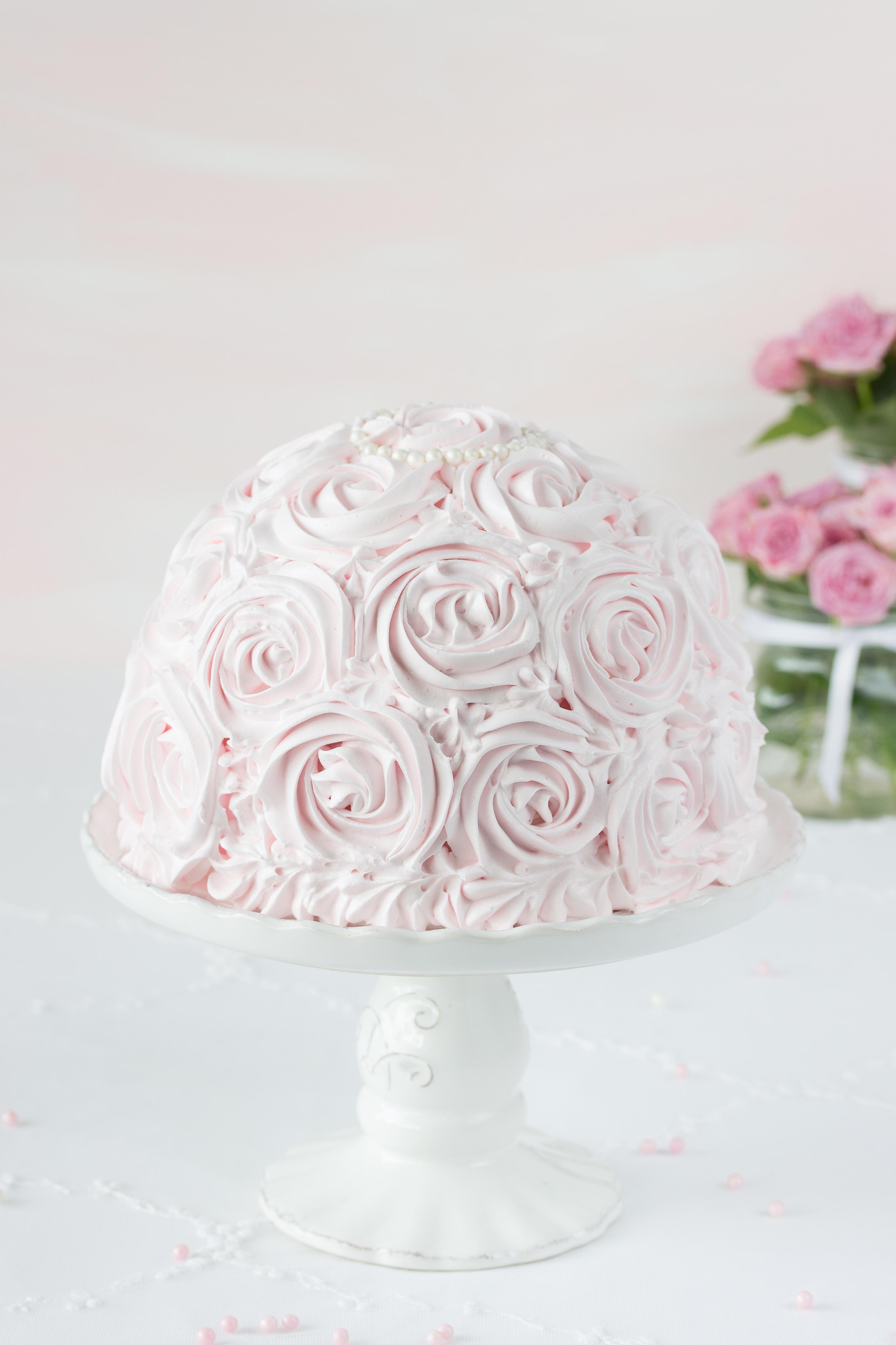 Kuppeltorte Rezept mit Rosen Deko Erdbeeren Rhabarber backen #cake #torte #piping | Emma´s Lieblingsstücke