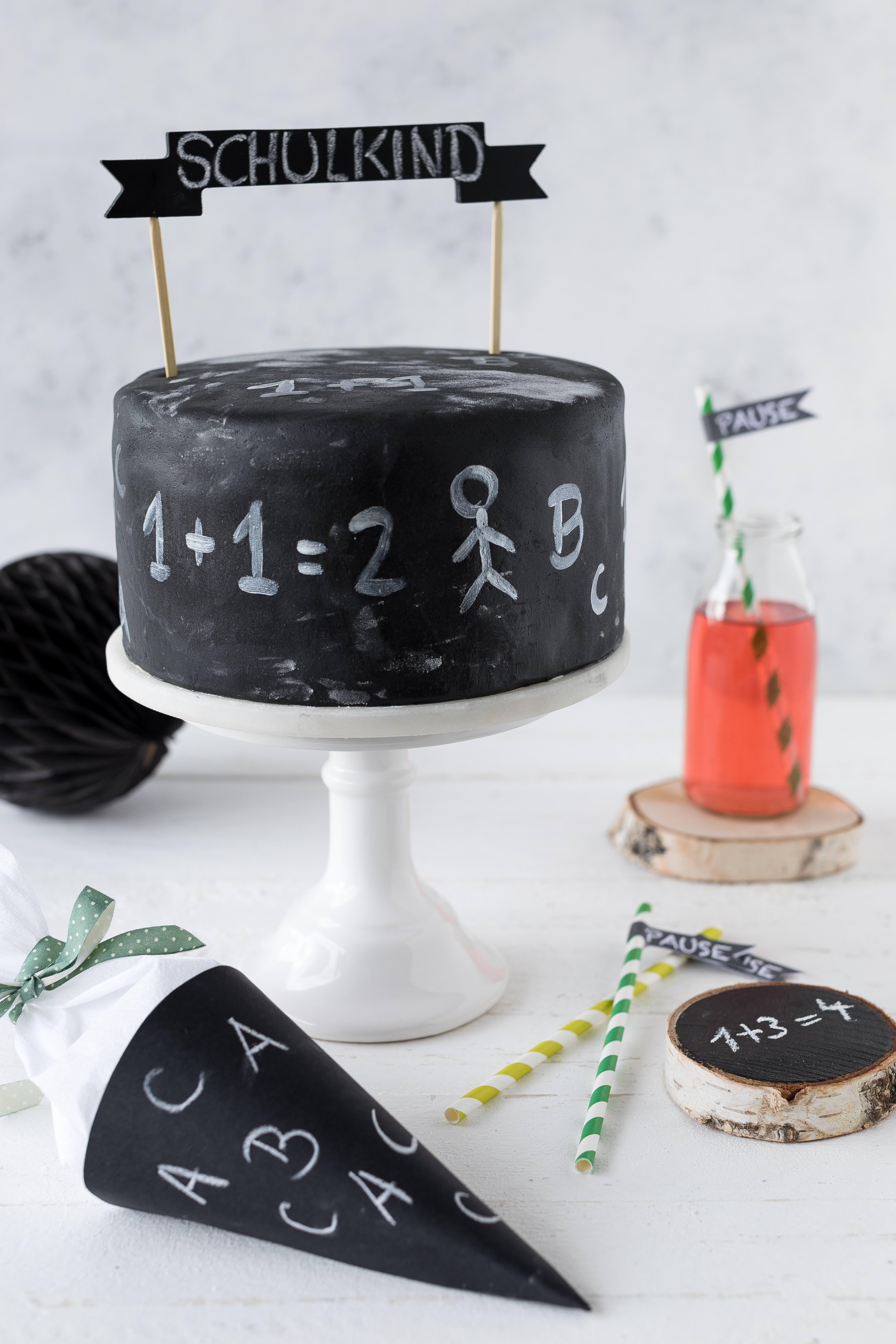 Chalkboard Torte zur Einschulung backen. Die Torte in Tafeloptik passt wunderbar zum 1. Schultag oder auch Ende der Studienzeit. #chalkboard #einschulung #torte #schule #diy Emmas Lieblingsstücke