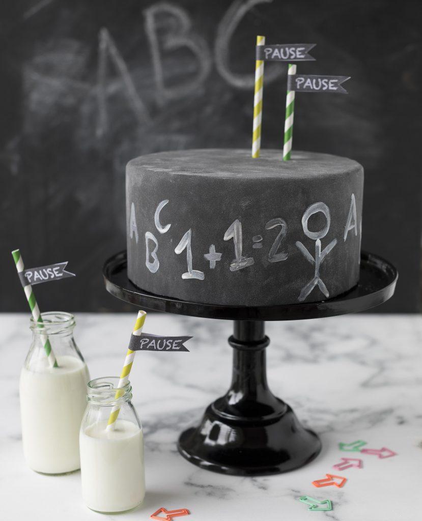 Chalkboard cake Torte zur Einschulung Schule Lehrer backen #school #chalkboard #fondant #cake #torte | Emma´s Lieblingsstücke