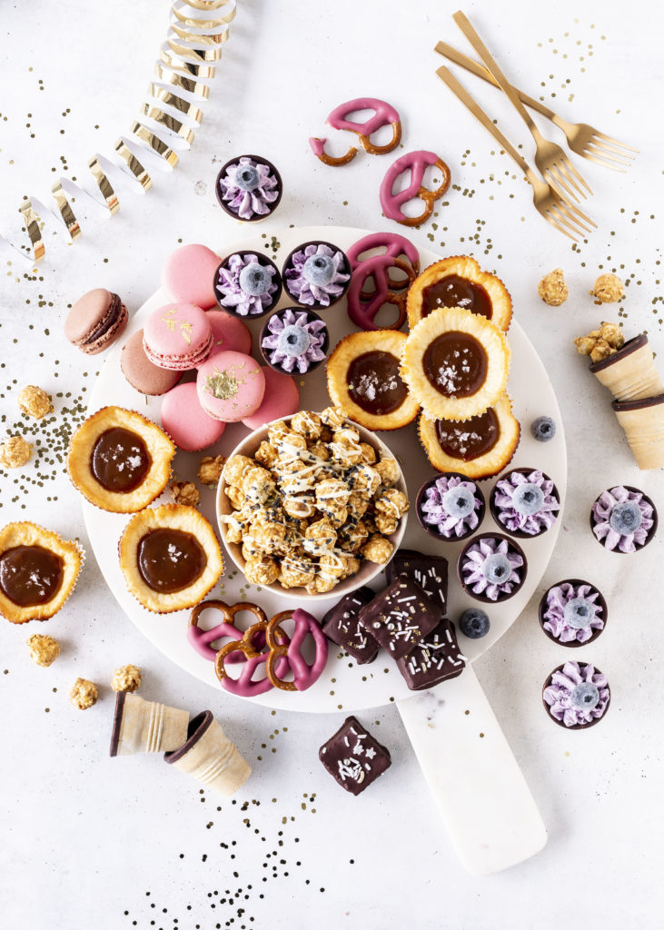 Grazing Board Sweet Silvester Candy Cheesecake Minis #silvester #backen #kuchen #party