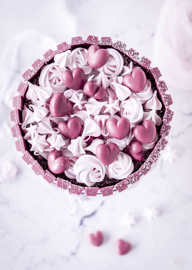 Schokoladen Ruby Charlotte Rezept zum Valentinstag backen Herz Schokolade Kit Kat #ruby #charlotte #torte #backen | Emma´s Lieblingsstücke