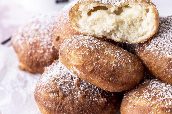 Ein Rezept für Ponchiki - mit Pudding gefüllte Donuts Krapfen Berliner backen Fasching Karneval Silvester Neujahr custard cream doughnuts #donuts #berliner #krapfen #Pudding #karneval #fasching #neujahr | Emma´s Lieblingsstücke