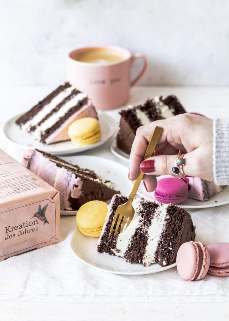 Werbung - Rezept: Double Chocolate Coffee Cake im Kolibri Design mit dunkler und weißer Schokolade Torte backen Schokoladentorte Kaffee #schokolade #Torte #doublechocolate #kaffee #kolibri   Emma´s Lieblingsstücke