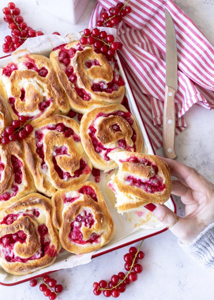 Einfaches Rezept: Johannisbeer Hefe Schnecken mit Cheesecake Füllung backen lecker fluffig cremig red currants hefeschnecken Blechkuchen Kuchen #redcurrants #hefeschnecken #backen #kuchen #hefe | Emma´s Lieblingsstücke
