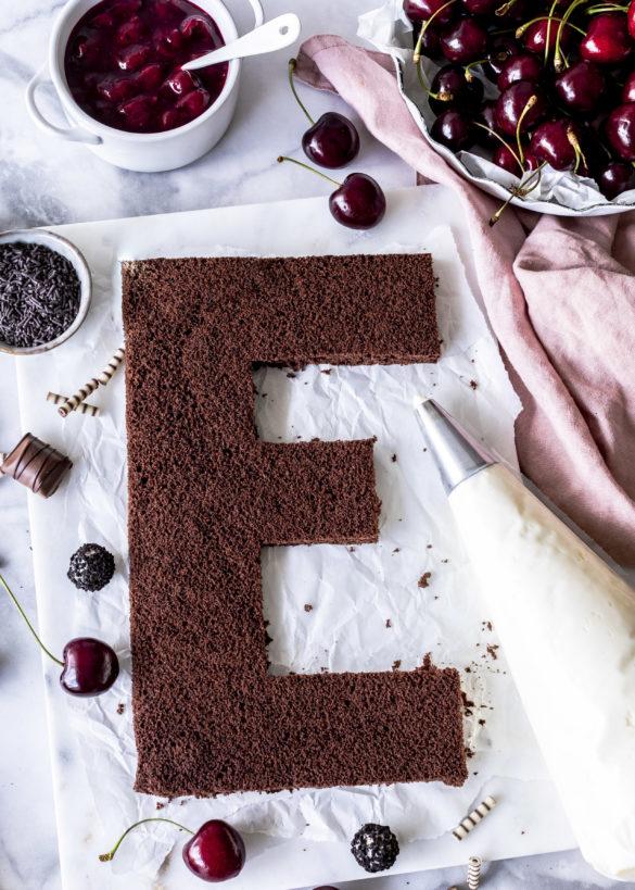 Schwarzwälder Kirsch Letter Cake Rezept mit Schokoladen Biskuit Kirschen Süßigkeiten Black Forest Cake backen Cherry Numbercake Creamtart #numbercake #lettercake #cake #torte #creamtart #schwarzwälderkirschtorte #trendcake Trendkuchen | Emma´s Lieblingsstücke