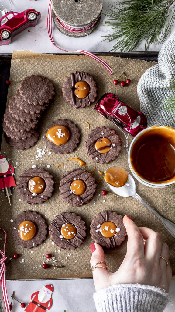 chokoladen Spitzbuben mit Salted Caramel Rezept Plätzchen backen Karamell Weihnachten