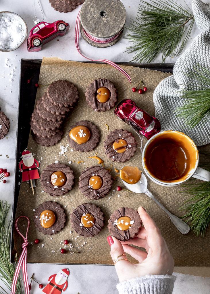 Schokoladen Spitzbuben mit Salted Caramel Rezept Plätzchen backen Karamell Weihnachten Emmas Lieblingsstücke