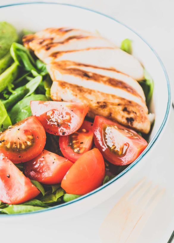 Salat-Bowl mit griechischem Joghurt