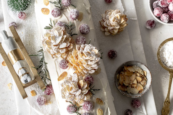Rezept: Mandel Cranberry Biskuitrolle mit Mandel Tannenzapfen zu Weihnachten backen #lecker #backen #foodblog #christmas #xmas #baking Emma´s Lieblingsstücke