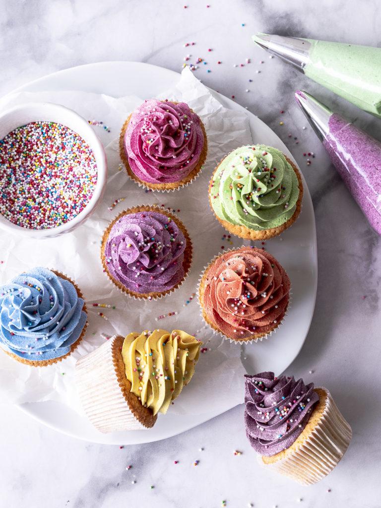 Bunte Cupcakes mit natürlichen Lebensmittelfarben von eat a rainbow