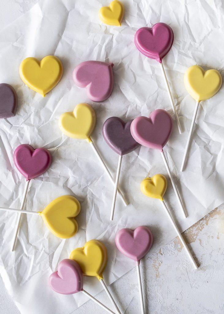 Herzen aus natürlich gefärbter weißer Schokolade selber machen Emmas Lieblingsstücke
