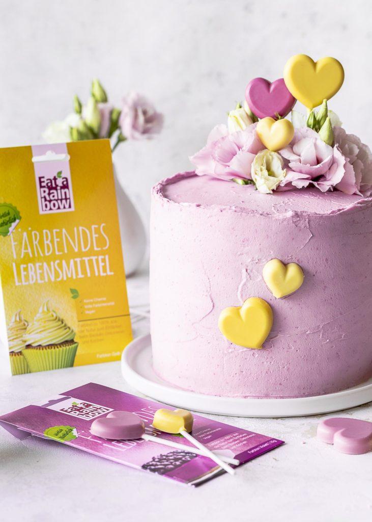 Erdbeer Creme Törtchen zum Muttertag mit natürlich gefärbten Herzen aus weißer Schokolade backen Emmas Lieblingsstück