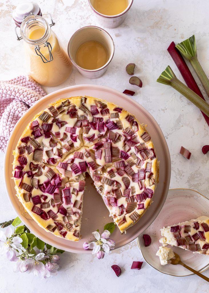 Cremiger Käsekuchen mit Eierlikör und Rhabarber ohne Boden backen. Ein einfaches Rezept. #cheesecake #käsekuchen #rhubarb #rhabarber #eggnog #eierlikör Emmas Lieblingsstücke