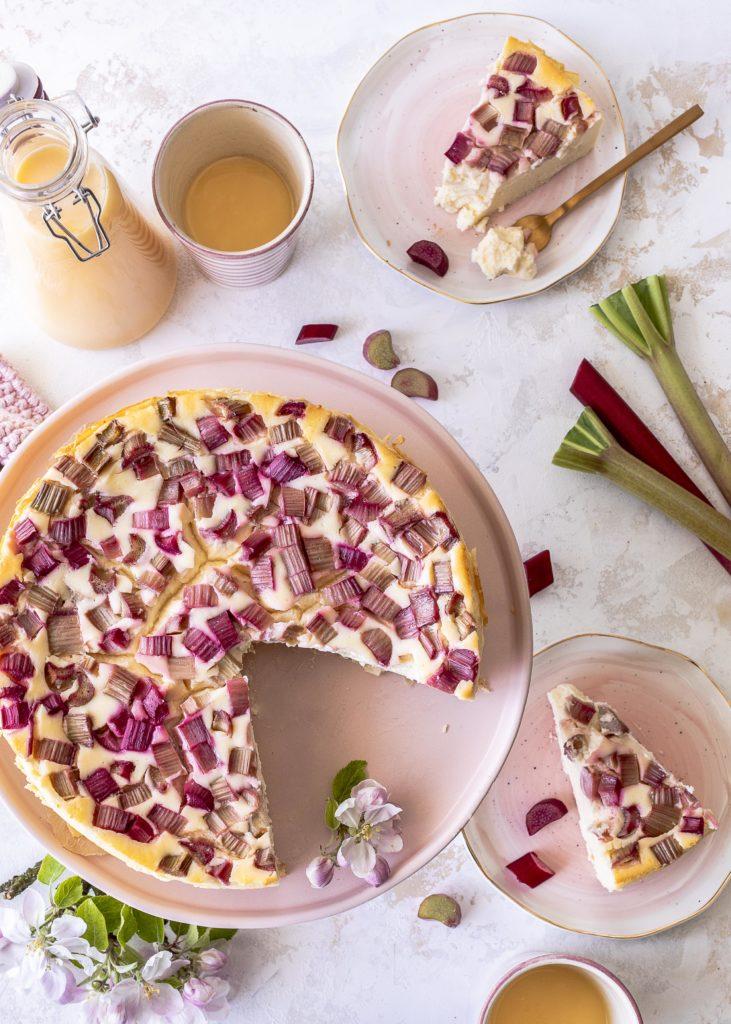 remiger Käsekuchen mit Eierlikör und Rhabarber ohne Boden backen. Ein einfaches Rezept. #cheesecake #käsekuchen #rhubarb #rhabarber #eggnog #eierlikör Emmas Lieblingsstücke