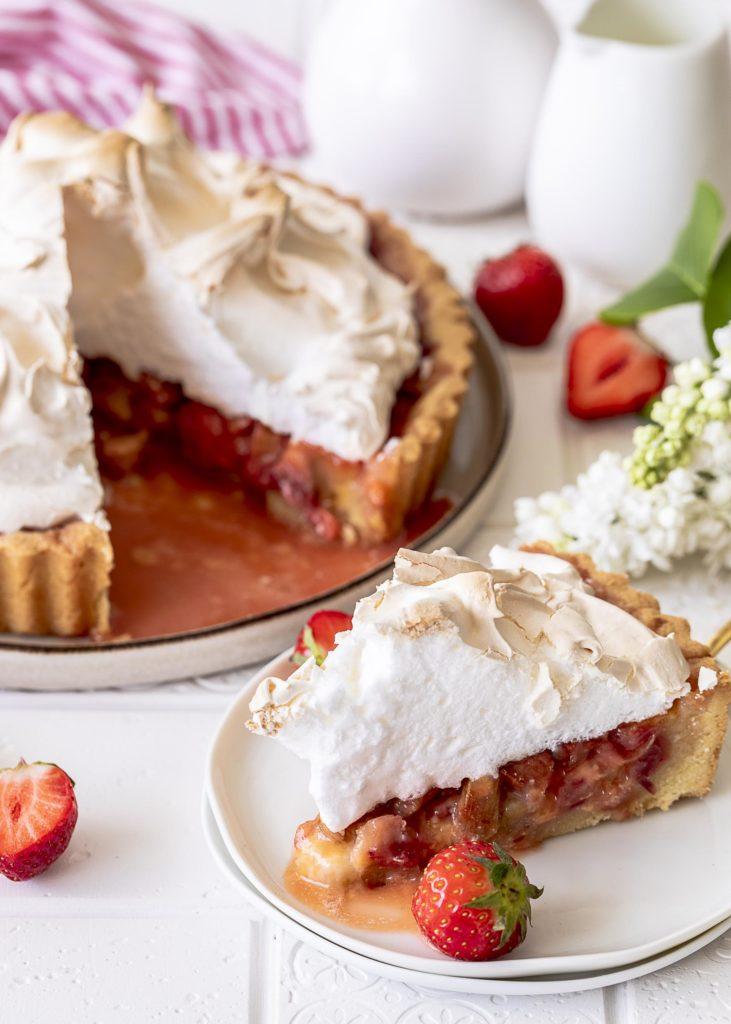 Rezept für eine Rhabarber Erdbeer Tarte mit Baiserhaube. Rhabarber Erdbeer Meringue Pie backen. #Rhabarber #baiser #meringue #tarte Emmas Lieblingsstücke