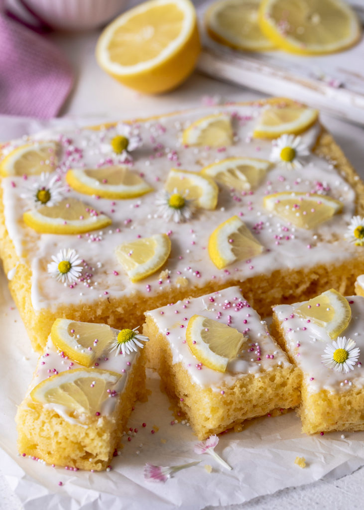 Einfacher Zitronenkuchen mit Joghurt backen. Ein schnelles und leckeres Rezept mit Zitrone. #cake #kuchen #lemoncake Emmas Lieblingsstücke