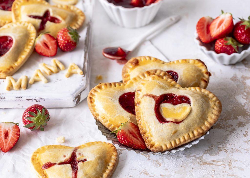Einfache Erdbeer Cheesecake Hand Pies zum Muttertag backen #erdbeeren #handpies #muttertag #mothersday Emmas Lieblingsstücke