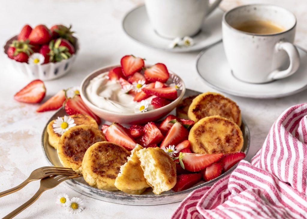 Syrniki russische Quarkpfannkuchen Pfannkuchen Quarkteilchen Quarkkeulchen #syrniki #breakfast #snack Emmas Lieblingsstücke