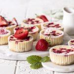 Mini Erdbeer Cheesecakes mit Erdbeer Rhabarber Sirup und Keksboden selber backen. Emma´s Liebligsstücke