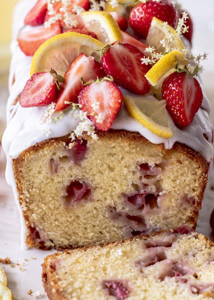 Saftiger Erdbeerkuchen mit Holunderblütensirup. Ein einfaches Kastenkuchen Rezept mit Erdbeeren, Zitrone und Holunder. Schneller Rührkuchen von Emmas Lieblingsstücke