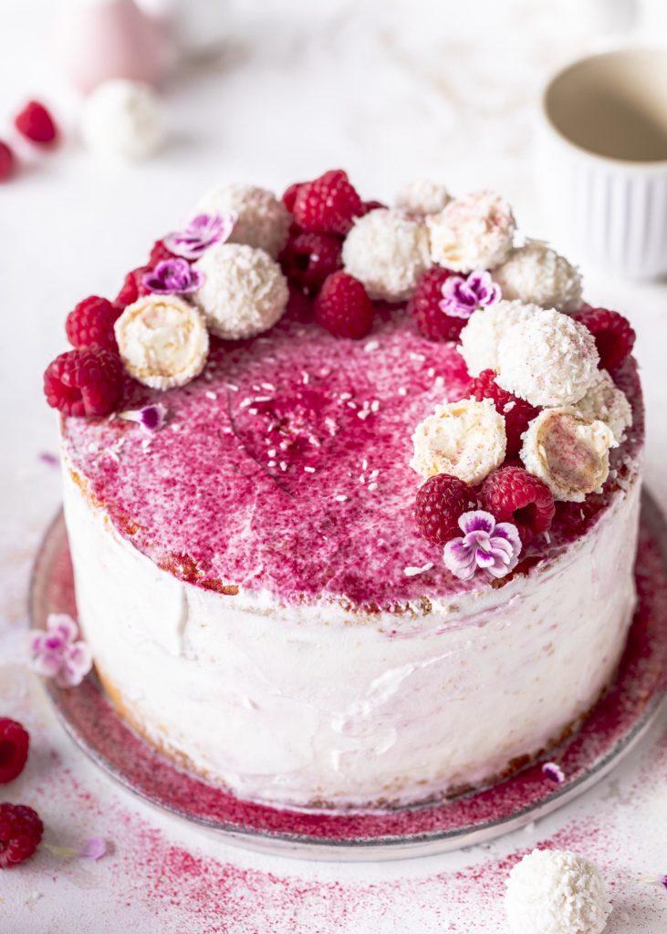Ein einfaches Rezept für eine fluffige Himbeer Raffaello Torte mit Kokos. Ganz einfach selber backen mit Emmas Lieblingsstücke.