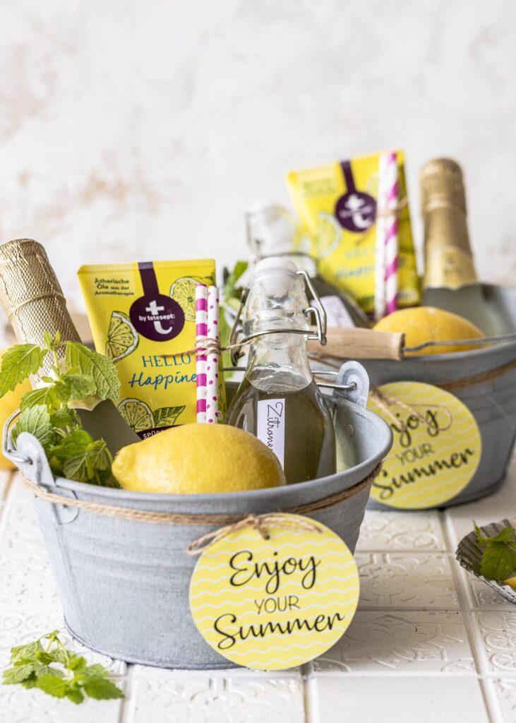 DIY: Zitronenmelissensirup selber machen und als Sommer to go an Lehrer, Erzieher, Freunde verschenken. Ein besonderes Kita oder Schuljahres Abschiedsgeschenk. Emmas Lieblingsstücke