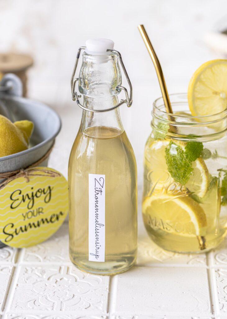 DIY: Zitronenmelissen Sirup ganz einfach selber machen. Ein köstliches Rezept und eine tolle Geschenkidee für Erzieher, Lehrer und Freunde. Zusammen mit Sekt ein tolles Gastgeschenk bzw. Mitbringsel. Emmas Lieblingsstücke