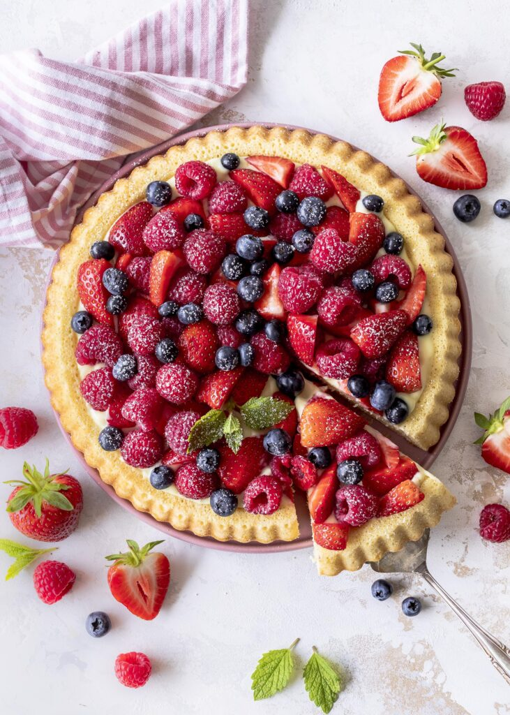 Einfaches Obstkuchenboden Rezept. Frisch und lecker selber backen. Mit Himbeeren, Erdbeeren und Blaubeeren belegen. Emmas  Lieblingsstücke