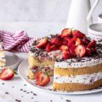 Erdbeer Stracciatella Tiramisu Torte mit Schokoraspel und fluffigem Biskuit backen. Emmas Lieblingsstücke