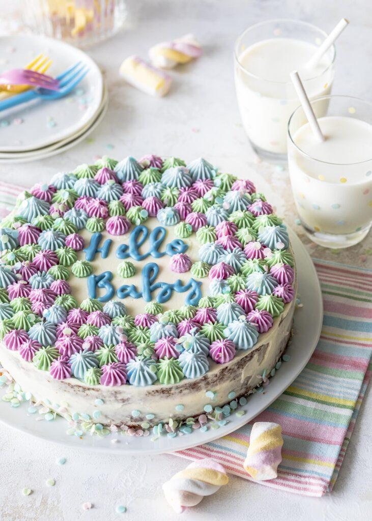 Babyparty Funfetti Zitronen Torte backen. Rezept für eine Babytorte mit Esspapier Konfetti und Schokoladen Lettering. Emmas Lieblingsstücke