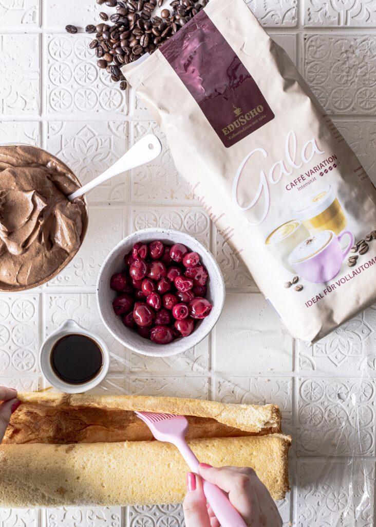 Kaffee Biskuitrolle mit Kirschen ganz einfach selber backen. Ein leckeres Torten Rezept mit Kaffee. Emmas Lieblingsstücke