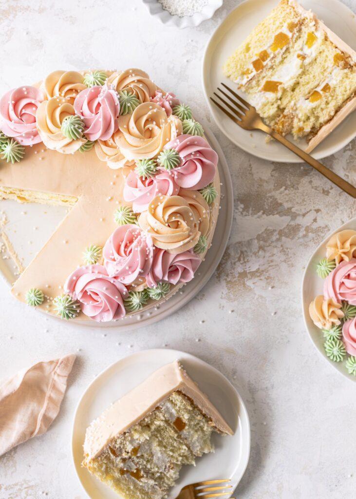 Pfirsich-Quark-Torte mit Buttercreme ganz einfach selber backen. Ein einfaches Rezept mit fluffigem Biskuit, Quarkcreme und Pfirsichen. Emmas Lieblingsstücke