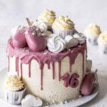 Ruby Drip Cake mit Erdbeeren und Schokolade backen. Perfekte Geburtstagstorte. Emmas Lieblingsstücke