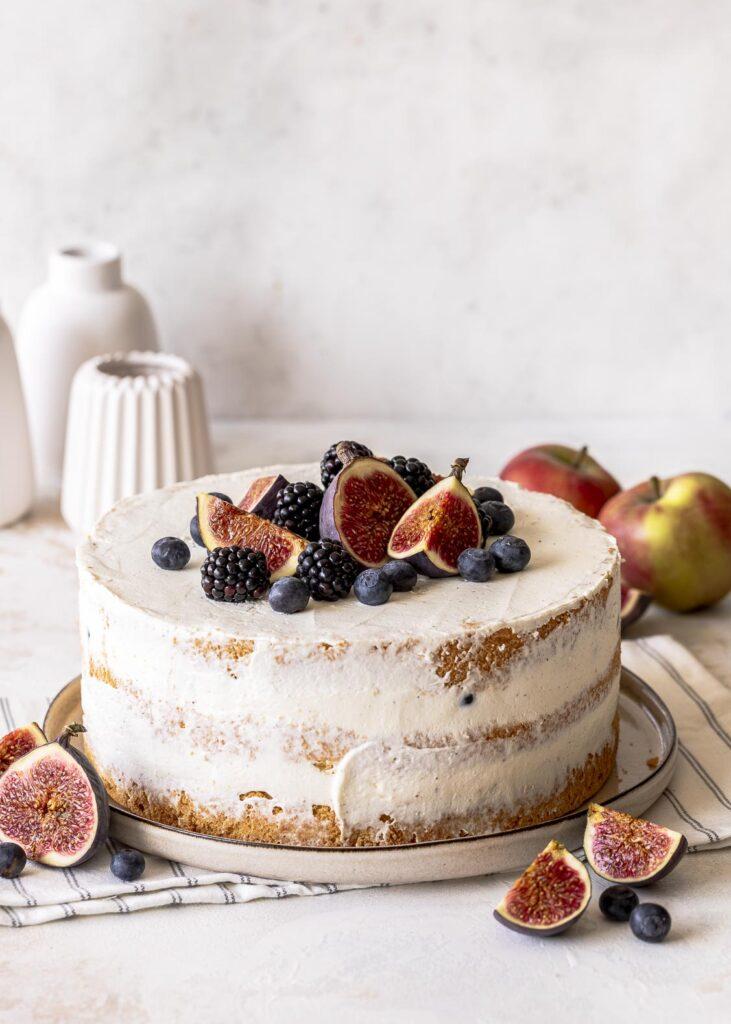 Herbstliche Apfel Blaubeer Torte ohne Gelatine backen. Fluffiger Biskuit trifft auf zimtige Apfelstückchen, frische Blaubeeren und eine Creme aus Quark und Mascarpone. Emmas Lieblingsstücke