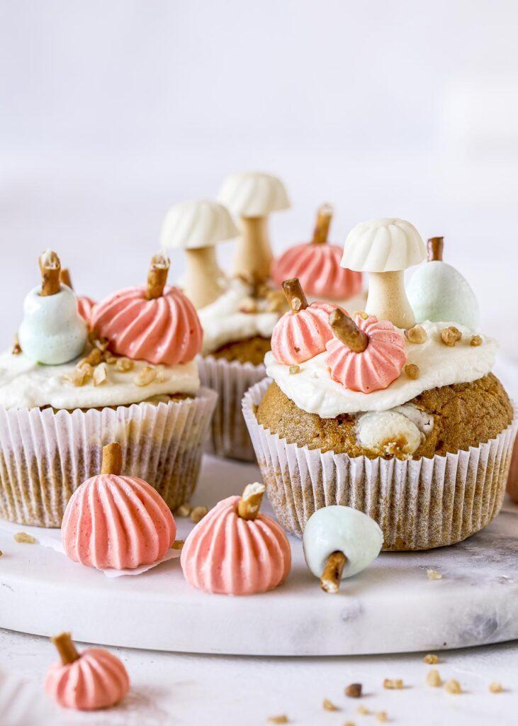 Herbstliche Cupcakes aka Pumpkin Blondies mit Baiser Kürbissen selber backen. Ein einfaches und oberköstliches  Rezept.  Emmas Lieblingsstücke