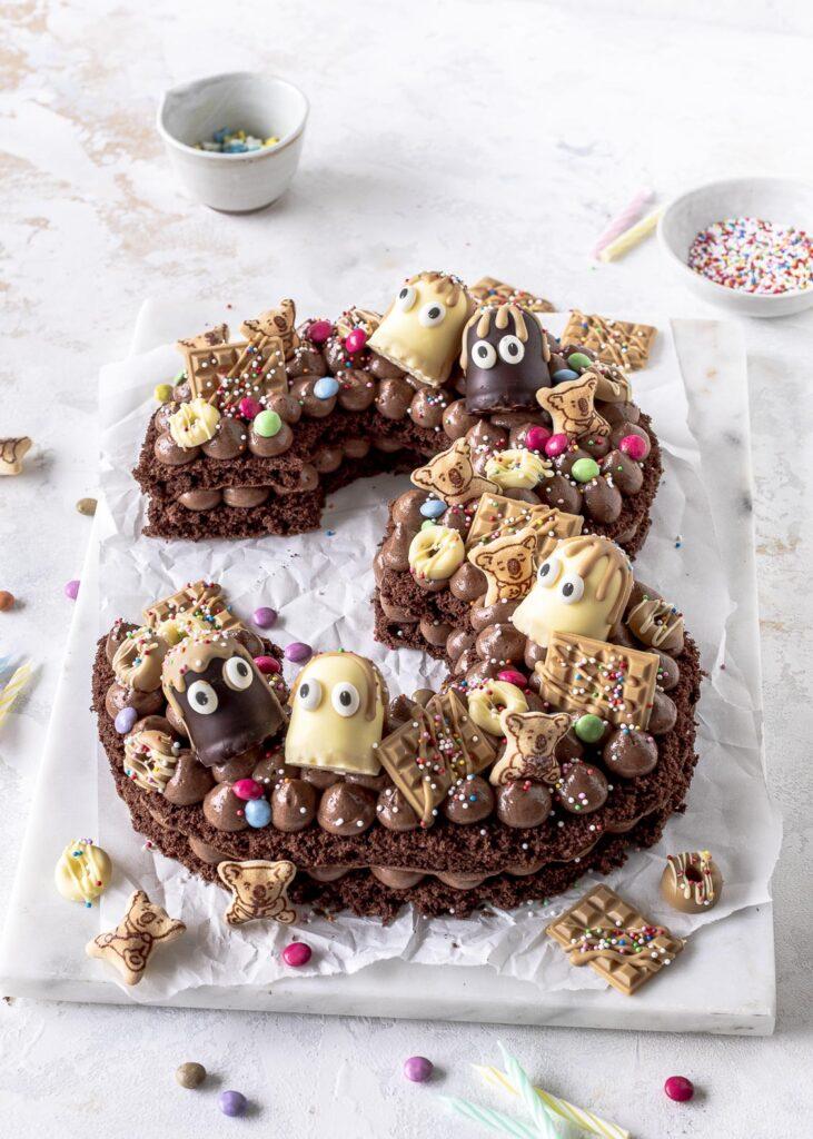Nutella Number Cake ganz einfach selber backen. Geburtstagstorte, Zahlentorte mit Schokoladne Biskuit und Nutella Creme. Emma´s Lieblingsstücke