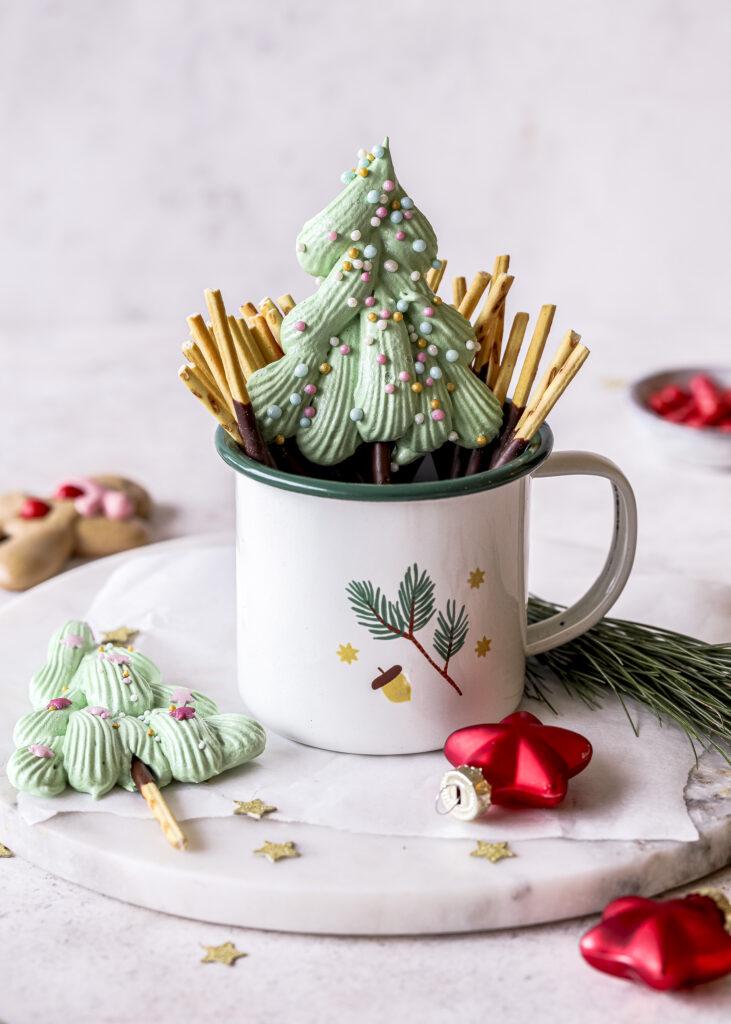 Christmas Meringue Pops ganz einfach selber machen. Perfekt zum Naschen, Verschenken und Dekorieren. Emmas Lieblingsstücke