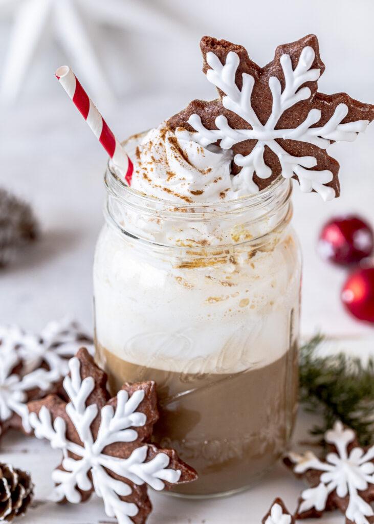 Gingerbread Latte Macchiato, Sirup und Plätzchen backen. Weihnachten. Advent. Lebkuchen Rezept für Schneekristalle mit Royal Icing. Kaffee. Emmas Lieblingsstücke