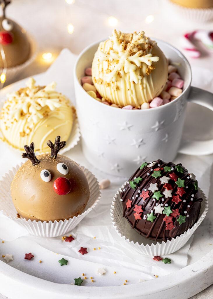 Hot Chocolate Bombs ganz einfach selber machen. Hot Chocolate Bombs sind mit Kakao und Marshmallows gefüllte Schokoladenkugeln. Perfekt zum Verschenken. Emmas Lieblingsstücke