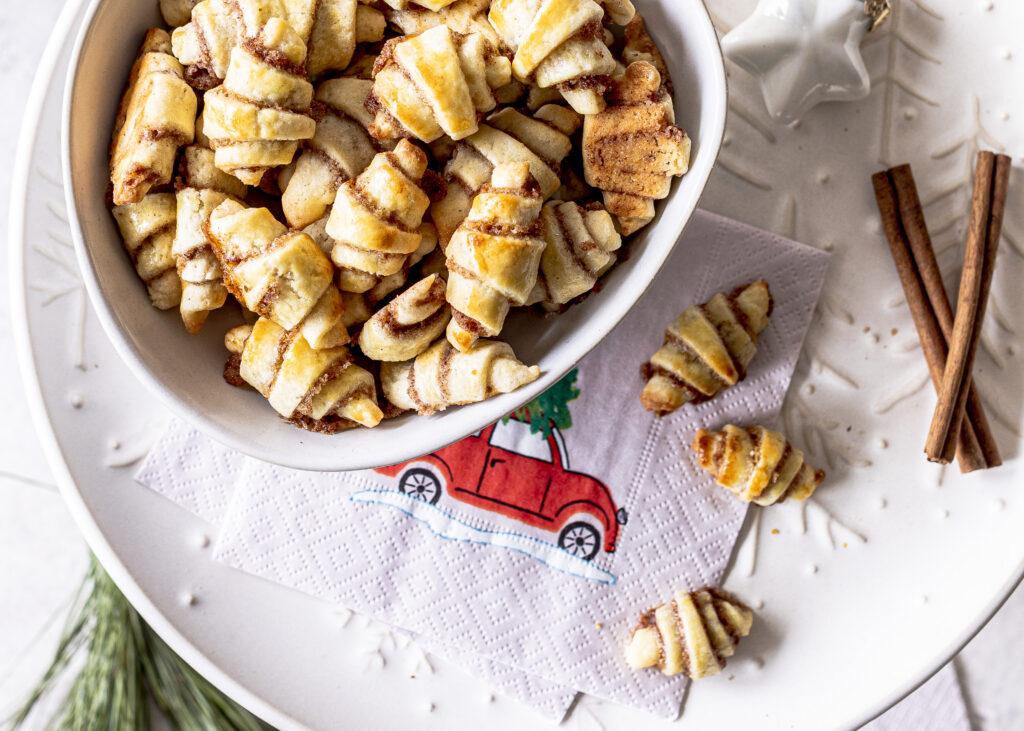 Herrlich zimtige Zimthörnchen Plätzchen backen. Ein einfaches Rezept und somit perfekt für die Plätzchendose oder als Cerealie zum Frühstück. Emmas Lieblingsstücke