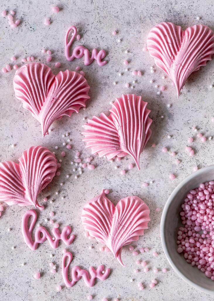 Baiser Herzen auf Nutella Cupcakes zum Valentinstag backen. Saftiger Schokoladenmuffin mit cremigstem Nutella Frosting. #cupcakes #frosting #chocolate #schokolade #nutella #valentinstag #valentisday Emmas Lieblingsstücke