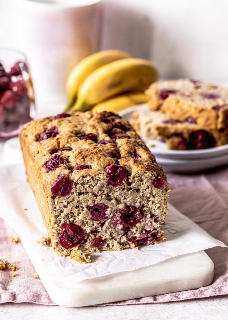 KiBa Bread aka Bananenbrot mit Kirschen backen. Schnell und einfach. Gesund und lecker. Ohne Mehl. #bananenbrot #bananabread #kiba Emmas Lieblingsstücke